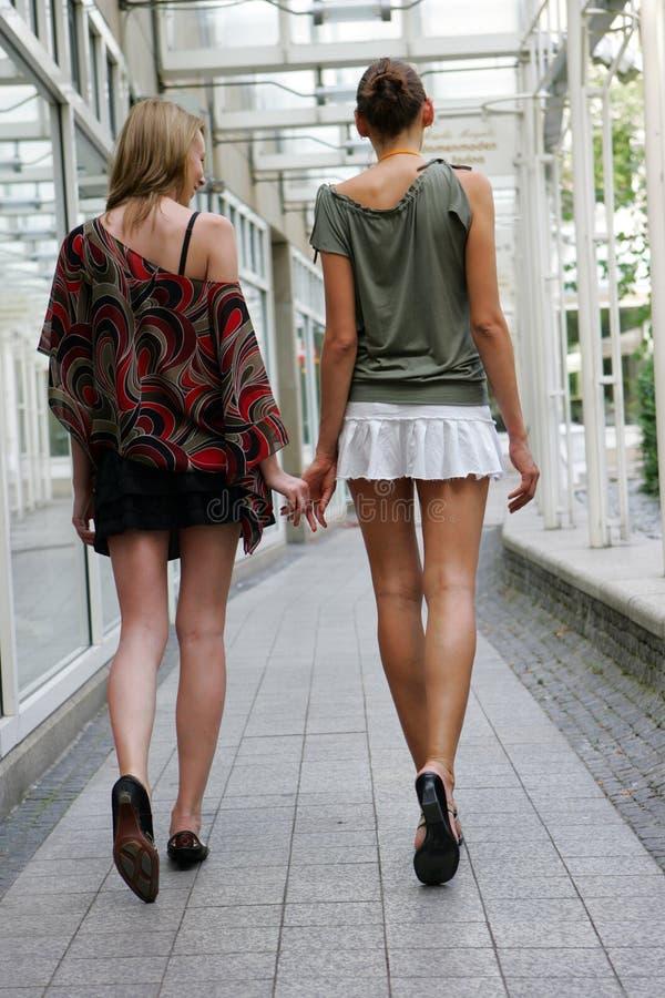 二名走的妇女 免版税库存照片