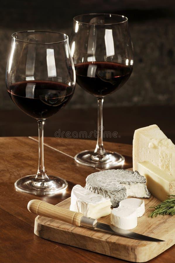 Download 二杯红葡萄酒和乳酪 库存图片. 图片 包括有 差异, 对象, 迷迭香, 玻璃, 刀子, 土气, 伯根地酒 - 30328075
