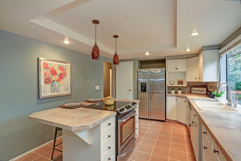 二楼厨房吹嘘盘子天花板,海岛 库存图片