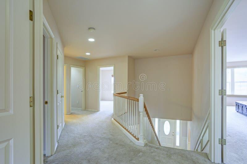二楼着陆吹嘘沙子灰棕色墙壁 库存照片