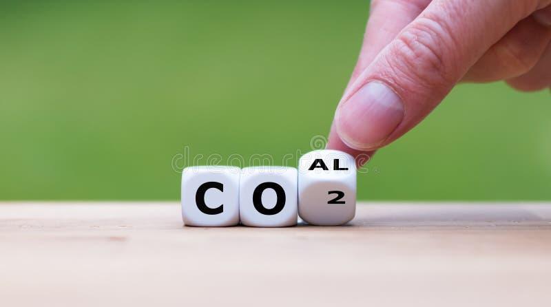 二氧化碳放射的概念  手转动一个模子并且改变表示'煤炭'到'二氧化碳' 免版税图库摄影