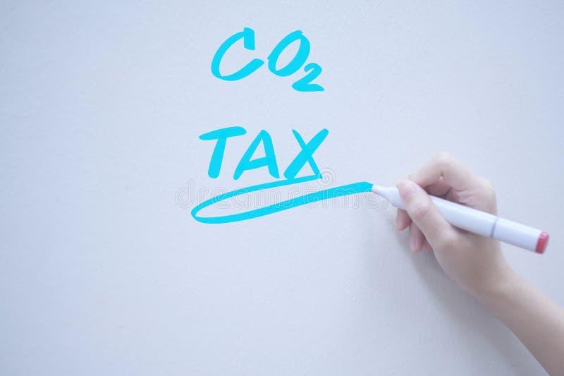 二氧化碳税,在whiteboard的手写 库存照片