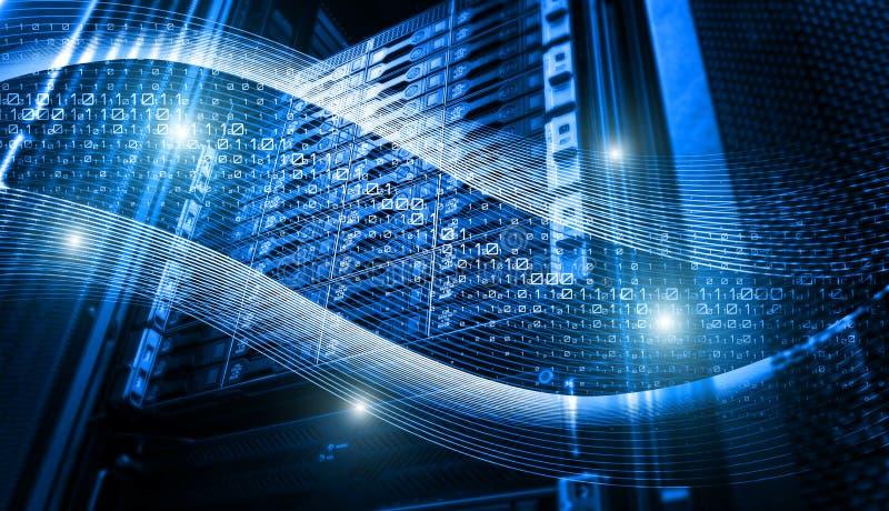 二进制编码在服务器列阵里面的数据流 免版税库存照片