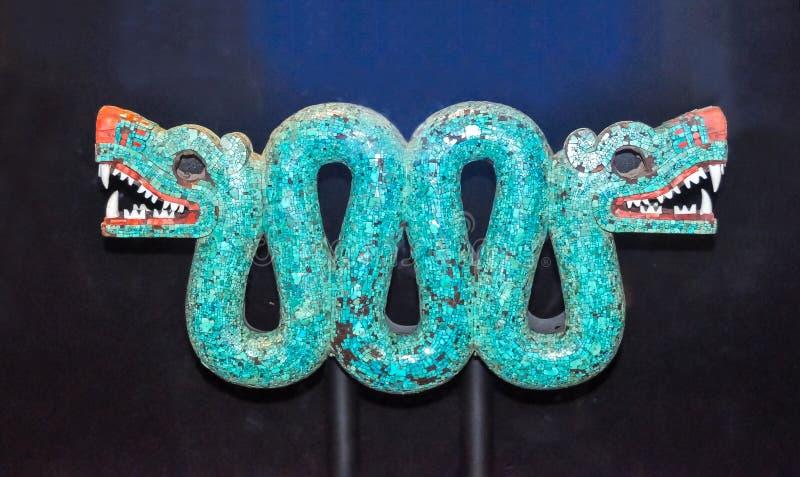 二重带头的蛇绿松石马赛克从墨西哥的在大英博物馆,伦敦,英国 免版税库存照片