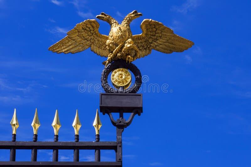 二重带头的老鹰(俄罗斯的象征)在门  库存照片