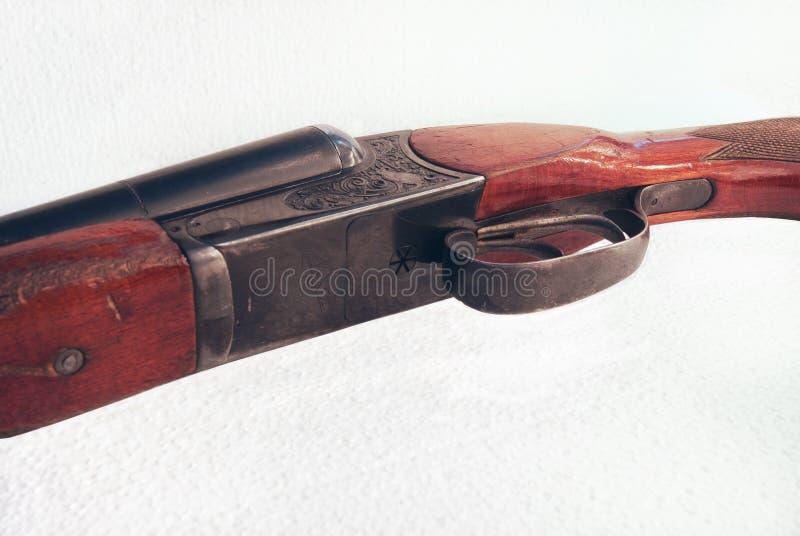 二重桶步枪的详细的照片在白色背景的 库存图片