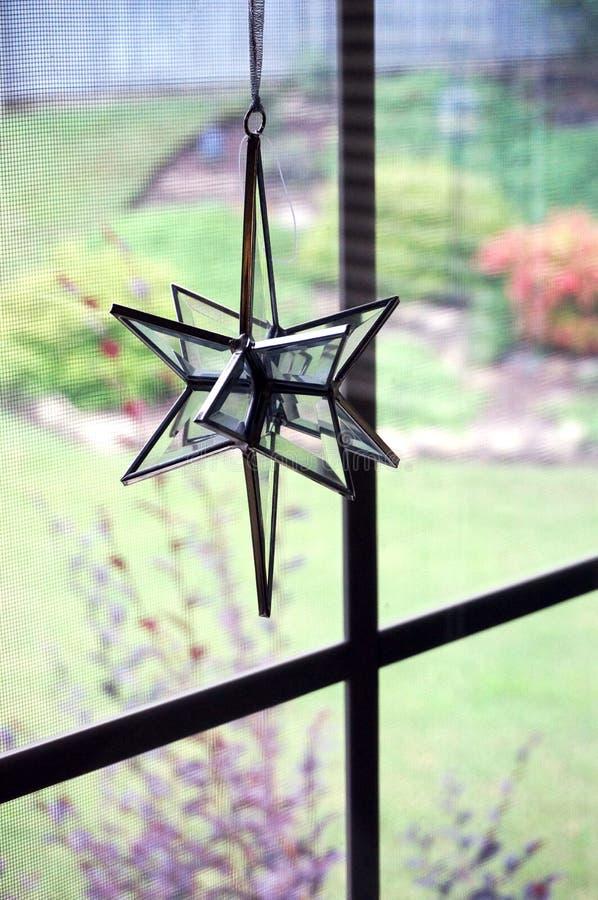 二面对切的玻璃太阳俘获器在晴朗的窗口里 库存图片