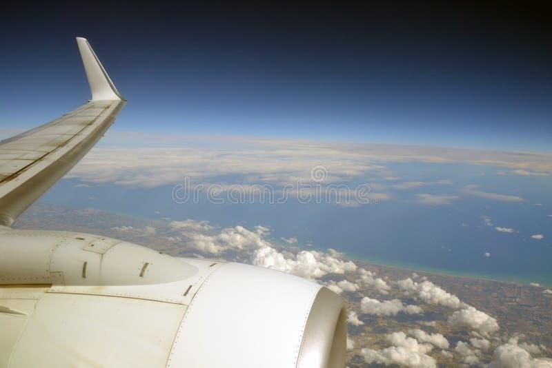 云彩、土地和海从飞机 免版税图库摄影