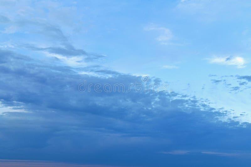 云彩上上下下从左到右是幻灯片 免版税库存照片