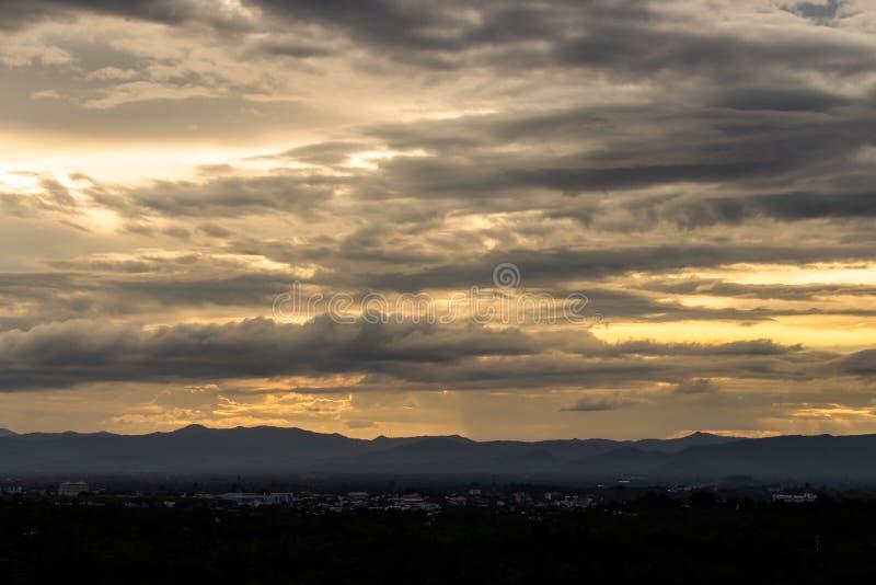 云彩五颜六色的严重的天空日落 图库摄影