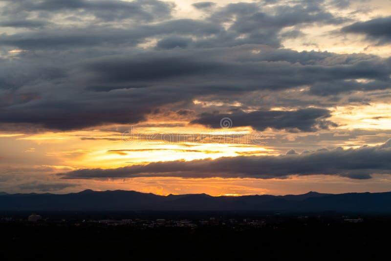 云彩五颜六色的严重的天空日落 免版税库存照片