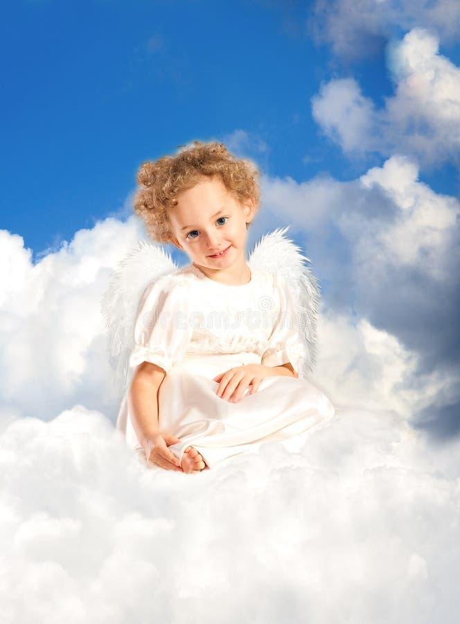 云彩卷曲神仙的女孩位于小的翼 图库摄影