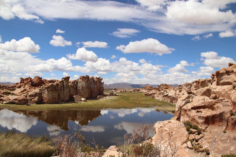 云彩反射在一个神奇盐水湖在玻利维亚 库存图片
