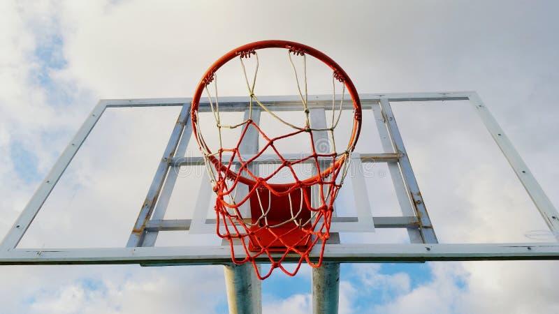 云彩和体育篮球在地点 免版税库存图片