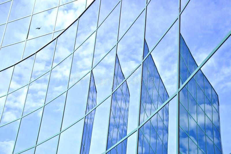 云彩和在门面的蓝天的反射 库存图片