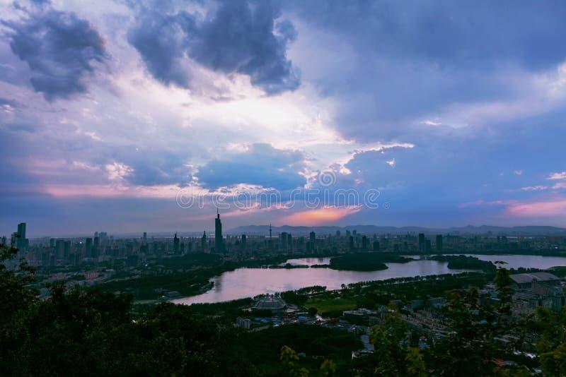 云彩和城市 库存图片