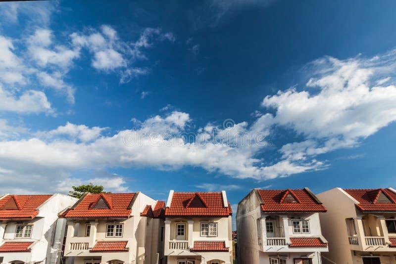 云彩和天空与房子行  库存图片