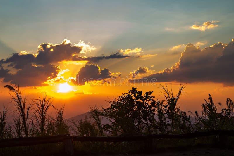 云彩和天空与现出轮廓的太阳光芒 库存图片