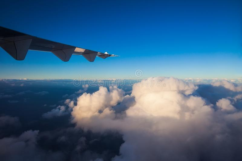 云彩和天空与飞机翼  库存图片
