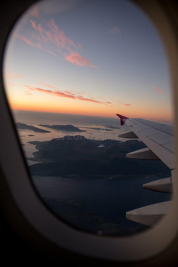 云彩和天空作为航空器的进行下去的窗口 免版税库存照片