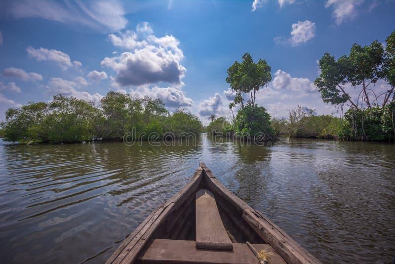 云彩和天空在孟乐海岛,独木舟旅行的理想的地方通过死水运河 免版税库存图片