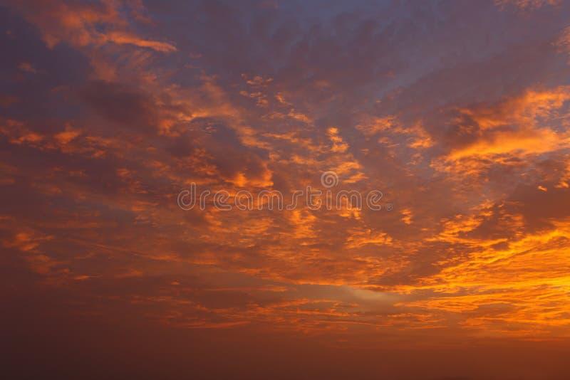 Download 云彩和天空在日落 库存例证. 插画 包括有 大气, 云彩, 黄昏, beautifuler, 开放, 颜色 - 72367829
