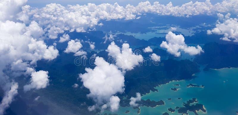 云彩和天空看法通过飞机窗口 库存图片