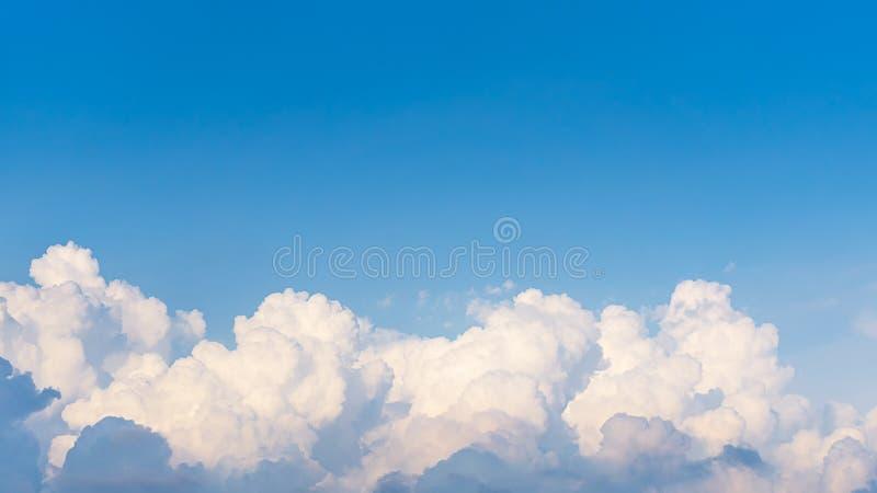 云彩和天空蔚蓝背景全景上面  库存照片
