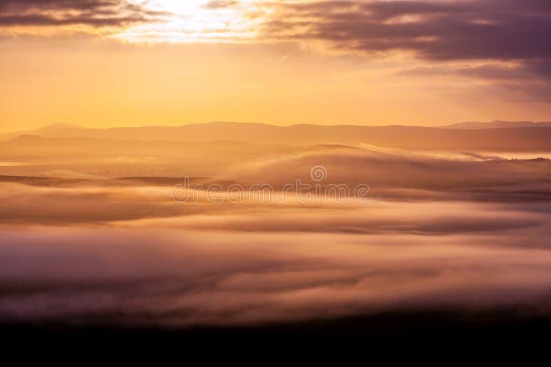 云彩和山层数 库存照片