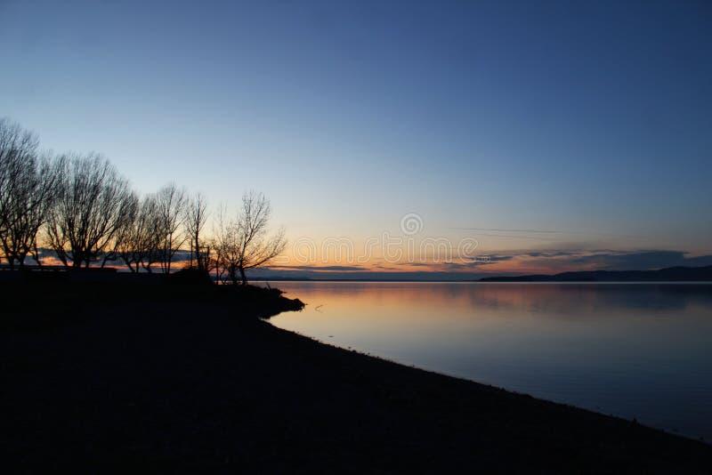 云彩和树在惊人的日落下 库存照片