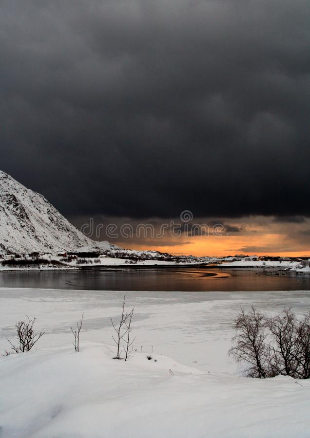 云彩和轻的集会在罗弗敦群岛海岛挪威的江边 图库摄影