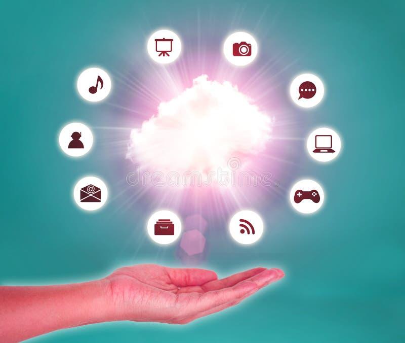 云彩在手边反对蓝天 覆盖沟通的计算机计算的概念膝上型计算机被找出的资源 皇族释放例证