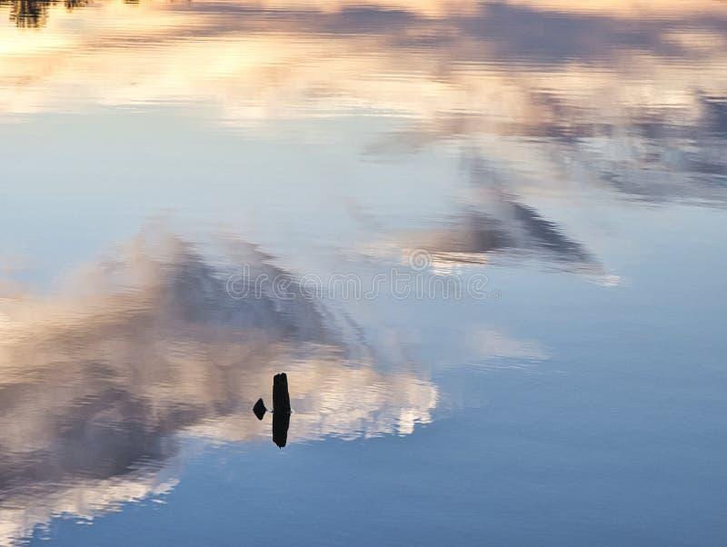 云彩在湖反射了 库存图片