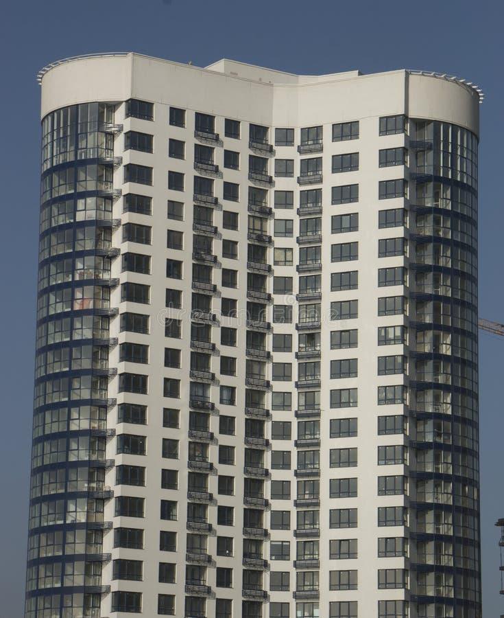 云彩在现代办公楼窗口里反射了  免版税图库摄影