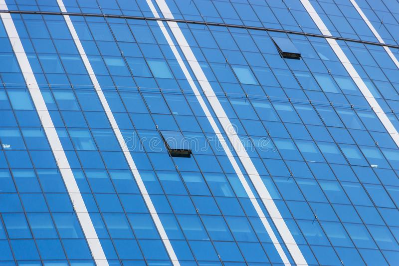 云彩在现代办公楼窗口里反射了  库存照片