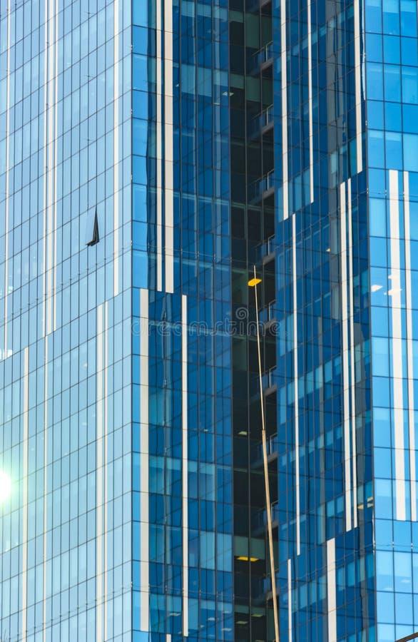 云彩在现代办公楼窗口里反射了  图库摄影