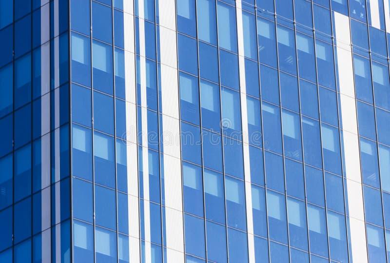 云彩在现代办公楼窗口里反射了  免版税库存照片