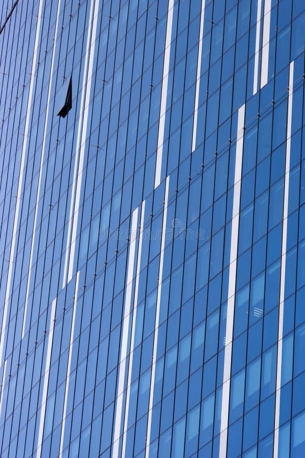 云彩在现代办公楼窗口里反射了  免版税库存图片