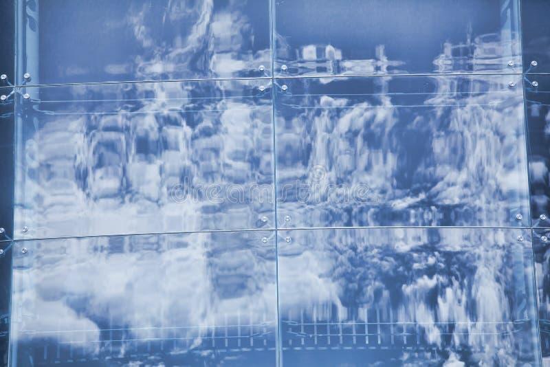 云彩在现代办公楼窗口里反射了  库存图片