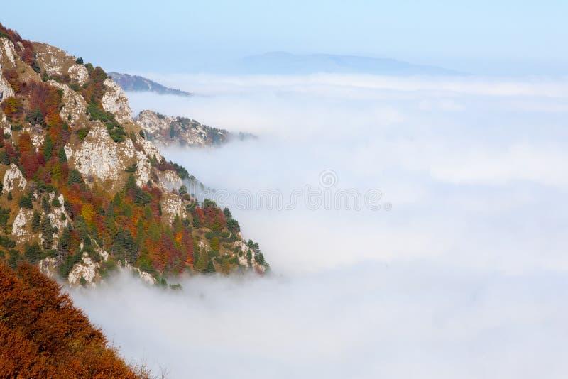 云彩地毯从山上面的 免版税库存图片