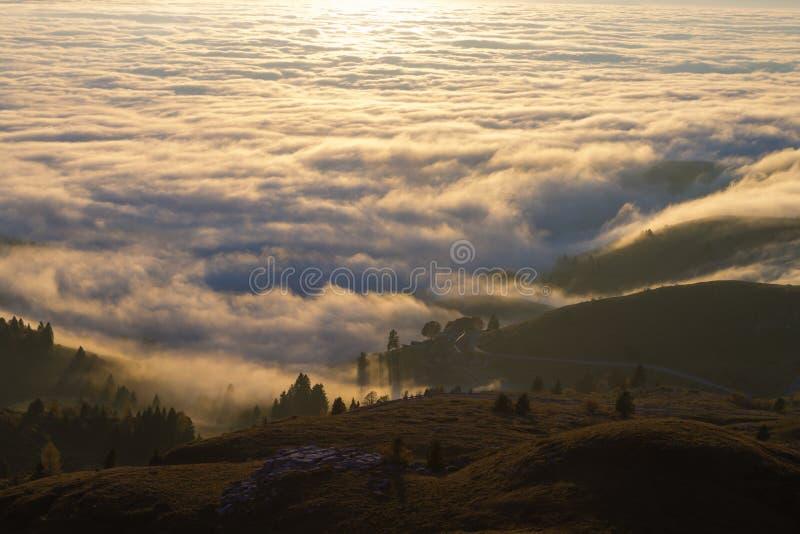 云彩地毯从山上面的 库存图片