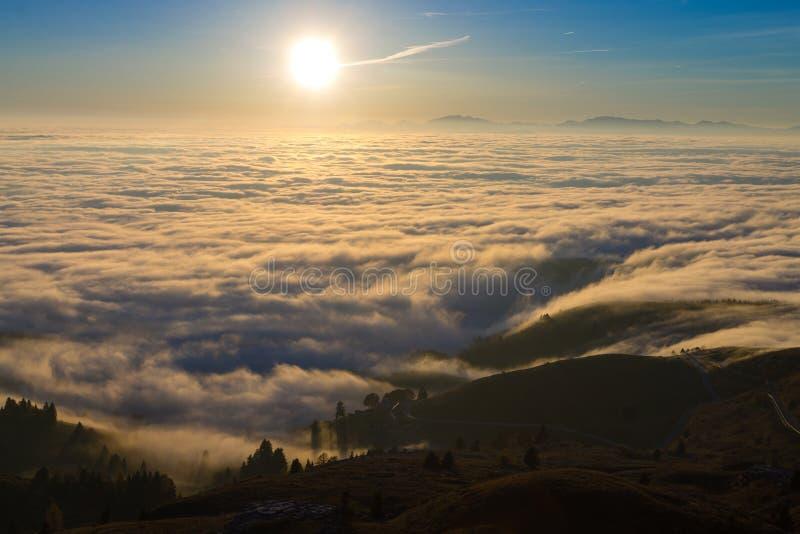 云彩地毯从山上面的 库存照片