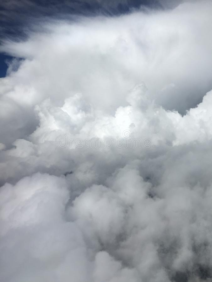云彩垂直的飞机视图  库存照片