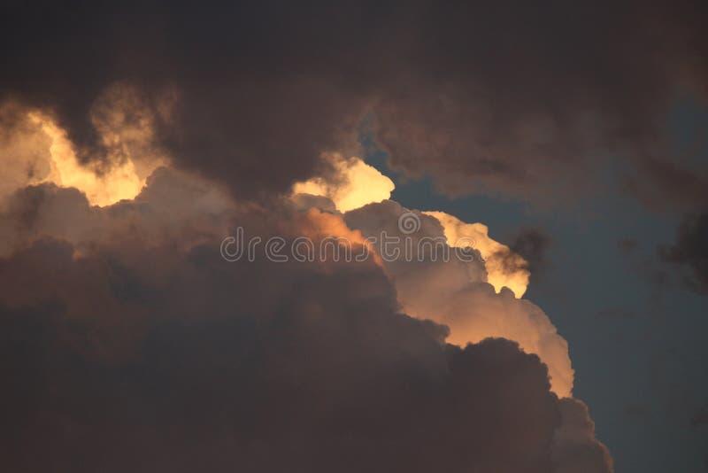 云彩层数与灿烂光辉的 免版税库存照片