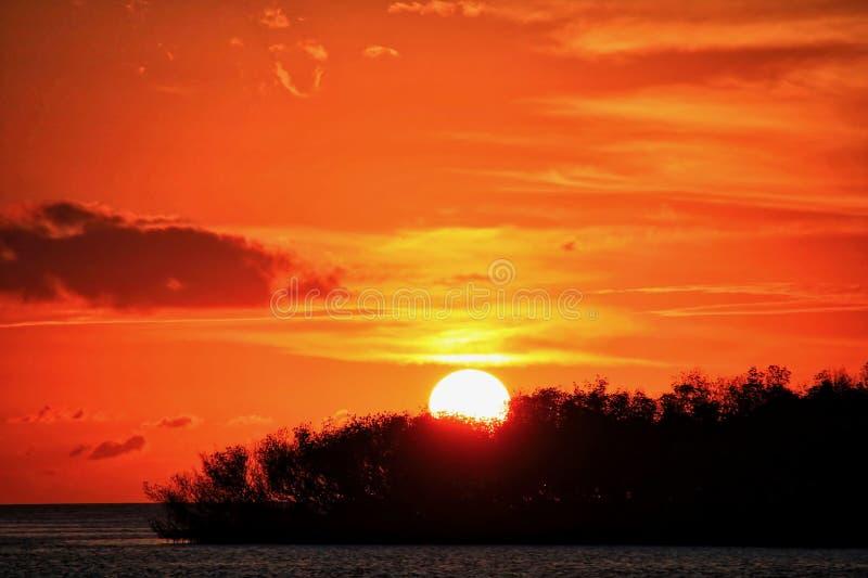 云彩形成在日落天空的兴高采烈的面孔在破坏补救从飓风厄马的2017年 库存照片