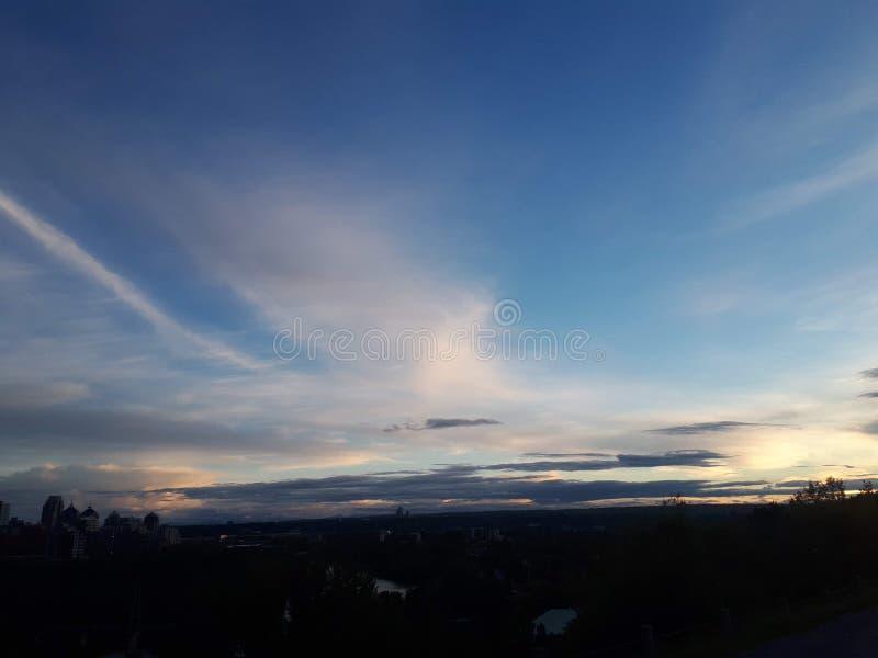 云彩得到感觉的城市日出日落图片完善的自然自然美人生活方式 免版税库存图片