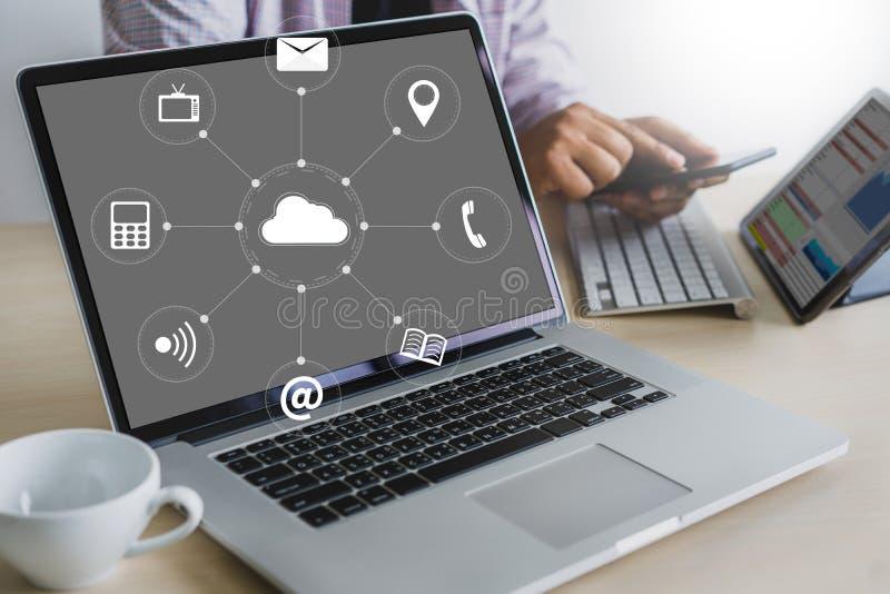 云彩服务(在相互新的计算机上的云彩计算的图 免版税图库摄影