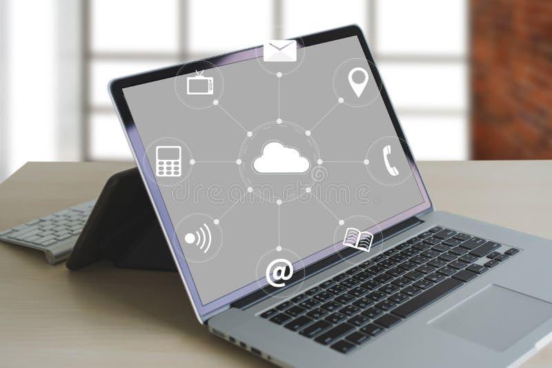 云彩服务(在相互新的计算机上的云彩计算的图 库存图片