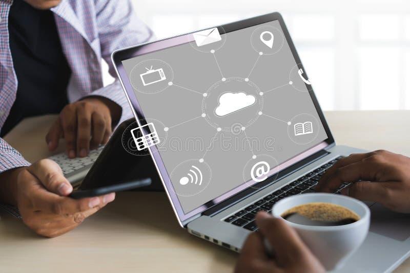 云彩服务(在相互新的计算机上的云彩计算的图 免版税库存图片