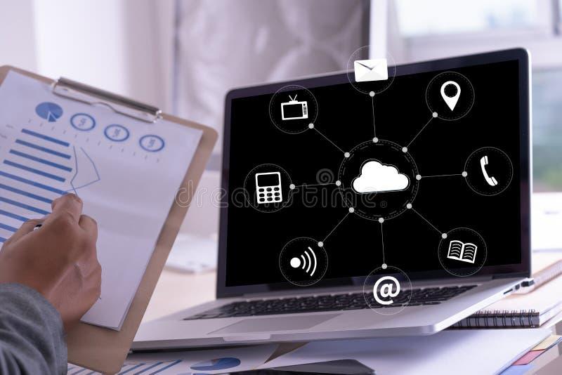 云彩服务(在相互新的计算机上的云彩计算的图 图库摄影